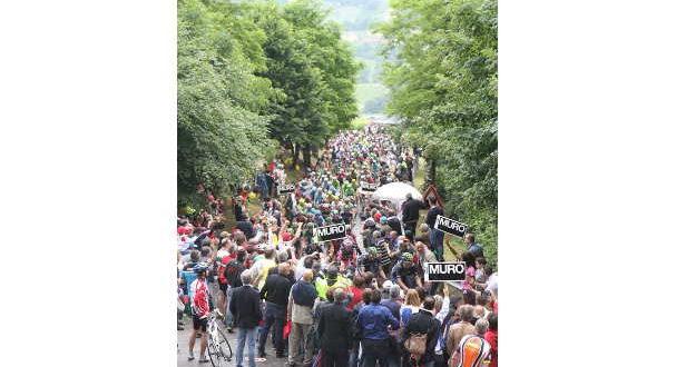 nella-foto-folla-sul-muro-di-ca-del-poggio-durante-il-passaggio-delledizione-2014-del-giro-ditalia-jpg