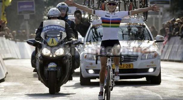 successo-a-braccia-levate-davanti-alla-compagna-di-squadra-megan-guarnier-e-emma-johansson-jpg
