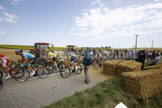 Tour de France, contadini bloccano la corsa: polizia spara lacrimogeni, ciclisti ''accecati''